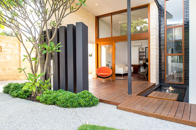 contemporary garden with light walls